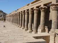 Templo_de_Isis_Columnas.JPG