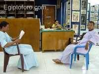 Mi_chofer_y_su_socio_descansando_en_una_tienda_de_papiros_Luxor_occidental_.jpg