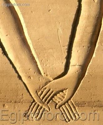 Karnak_manos