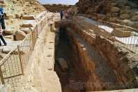 Giza-Agujero_barca_solar_.JPG