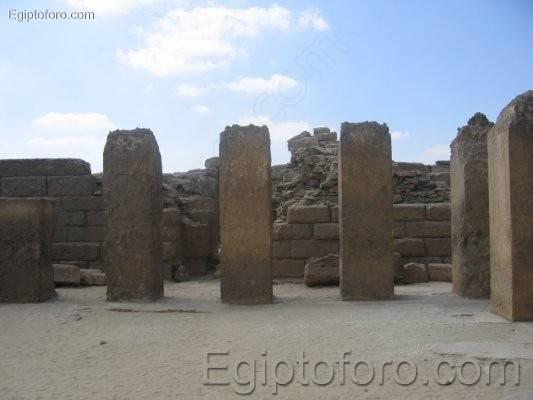 Restos_templo_solar_Sahure_en_Abusir1